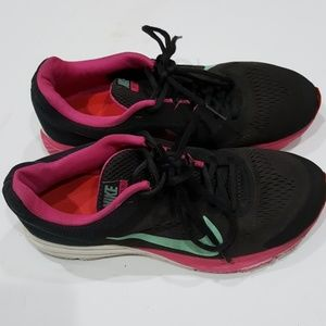 Nike structure 17 women's athletic shoes size 8😁